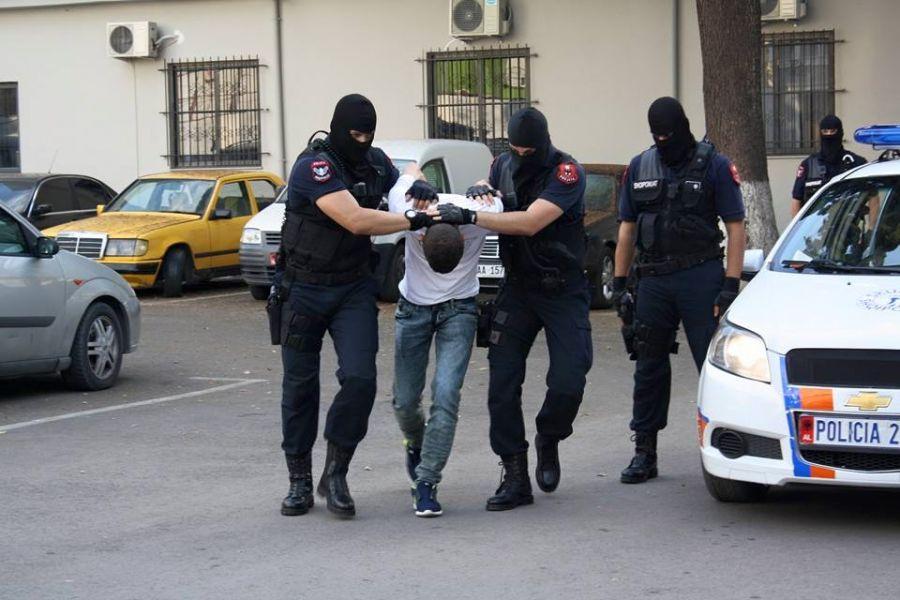 Pesë të arrestuar për kontrabandë në Korçë, mes tyre doganierë dhe policë