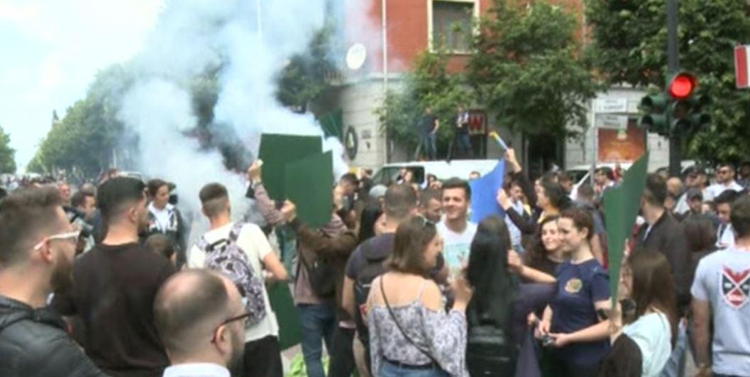 FOTO  Tymuese drejt godinës  studentët kopjojnë opozitën  thyejnë xhamat e Ministrisë së Arsimit