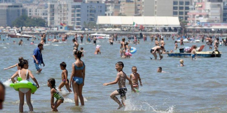 FOTOT/ Tirana pushton plazhin e Durrësit