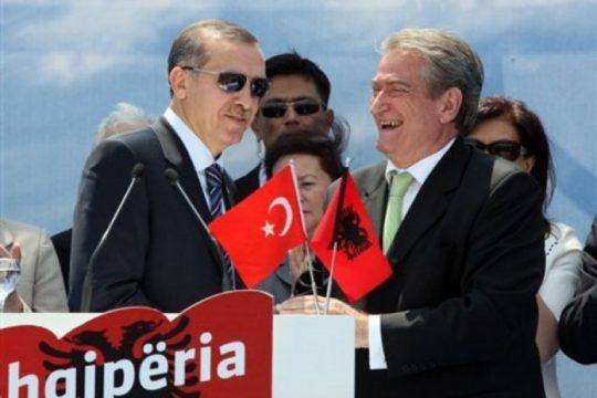 """""""Berisha, hiqe Skënderbeun nga muri! …Dhe Berisha e hoqi…"""""""