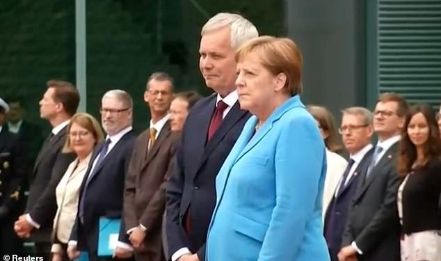 VIDEO/ Çfarë po ndodh me kancelaren Merkel, e kapin dridhjet e trupit për herë të tretë