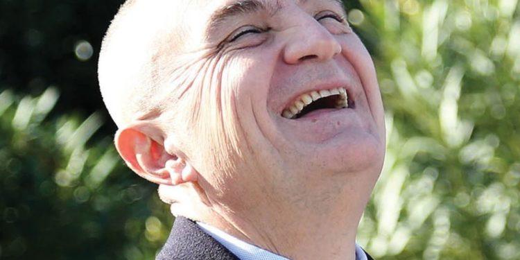 Presidenti mund të 'fërkojë barkun', në Greqi bie tërmet