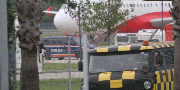"""""""Vetting"""" për punonjësit në aeroporte/ Qeveria përgatit Kodin e ri Ajror për rritjen e sigurisë pas grabitjeve në Rinas"""