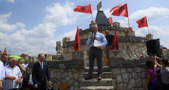 """Haradinaj homazhe tek lapidari i komandant """"Rokit"""": Forcimi i Kosovës është dobi e të gjithëve"""