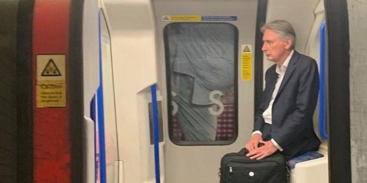 Zbulohet foto e ministrit britanik, pas dorëheqjes u kthye me tren në shtëpi