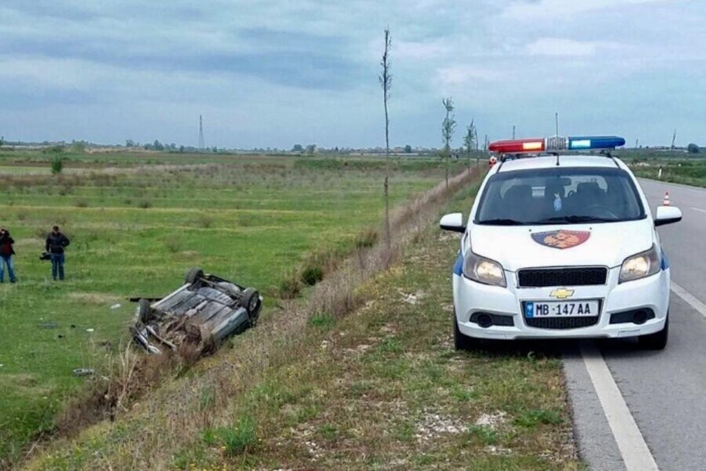 Makina del nga rruga në Vlorë, humbet jetën një person
