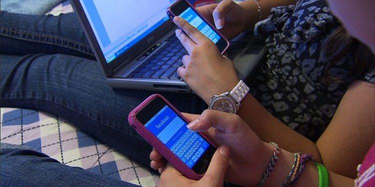 Studimi/ Problemet mendore që shkaktohen nga rrjetet sociale, femrat më të prekura