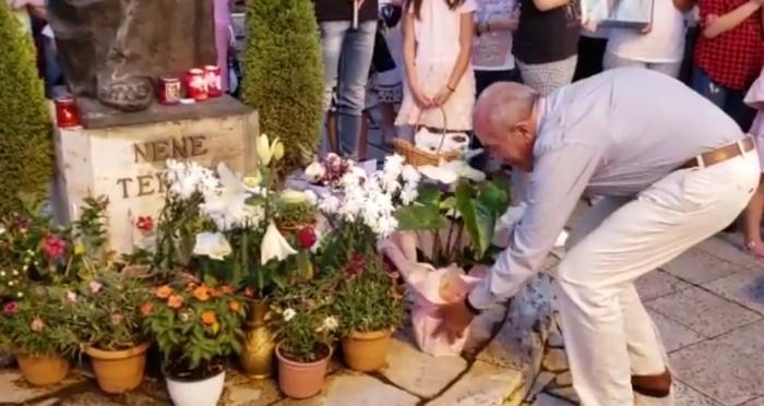 Një i moshuar çon lule çdo ditë te shtatorja e Nënë Terezës