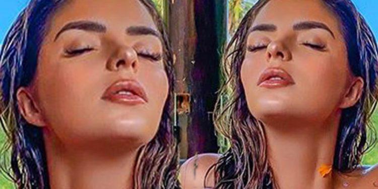 FOTO/ Demi Rose pozon nudo brenda vaskës dhe mbulon format e saj me petale trëndafilash
