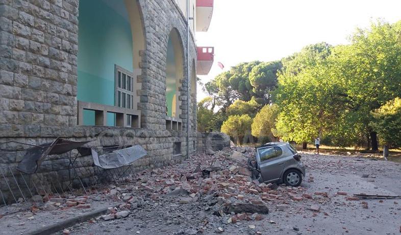 VIDEO/ Shembet muri anësor te 'Gjeologjiku' nga tërmeti, dy makina mbulohen nga gurët