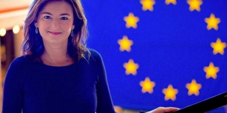 Tanja Fajon, në krah të shqiptarëve: Zgjohu Macron! Ky është turp…