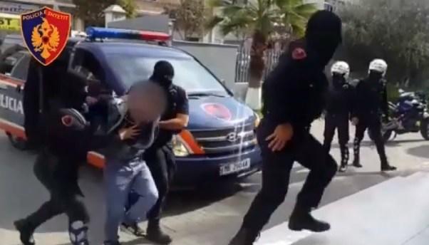 Rrahu policin që po e shoqëronte  kush është i arrestuari në Berat
