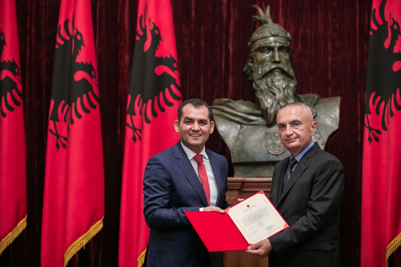 Juristët pranë opozitës distancohen nga Muçi  Me sjelljen e tij po e rëndon veten