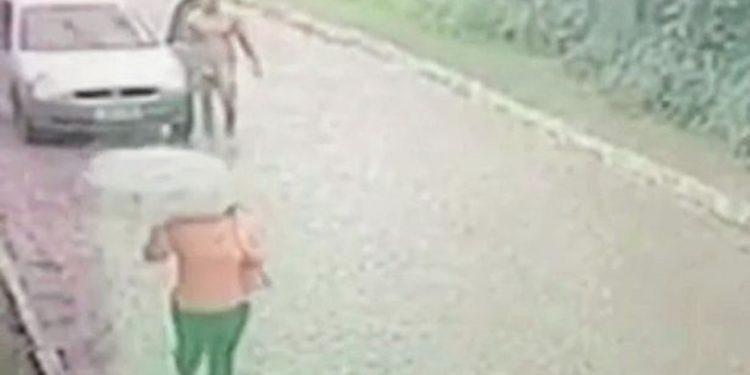Video që po bën xhiron e rrjetit, burri lakuriq ndjek gruan në mes të rrugës dhe tenton ta përdhunojë