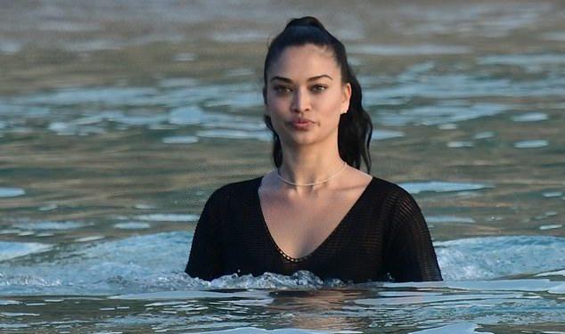 FOTOT/ Ja si duket modelja e famshme me bikini të zeza