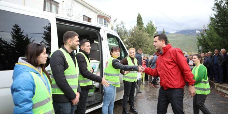 Kryebashkiaku shpërndan ndihma në Zall-Herr dhe premton: Shtëpitë e pabanueshme do të rindërtohen