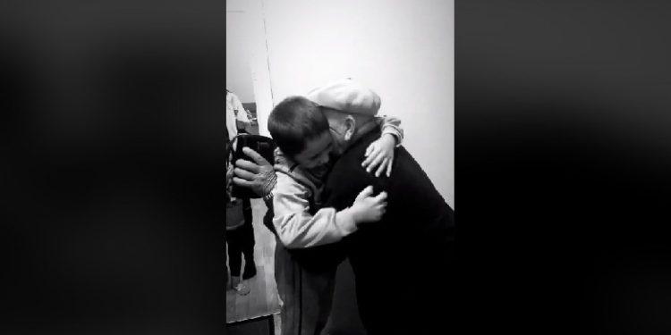 Momenti emocionues, Alvini përqafon mes lotësh gjyshin e tij (Video)