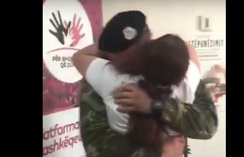 VIDEO prekëse, ushtari shqiptar kthehet nga Afganistani dhe surprizon nënën e tij