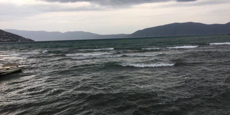 Erë e fortë e shi në Durrës/ Pezullohet lundrimi trageteve në Adriatik