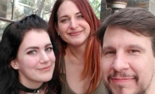 FOTOT/Poligamia moderne,  800 km për të humbur virgjërinë me burrin 24 vite më të madh dhe miken e tij