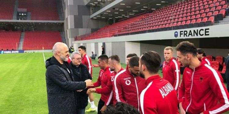 """Debutimi në """"Air Albania Stadium"""", Rama viziton lojtarët e Kombëtares një ditë para ndeshjes me Francën"""