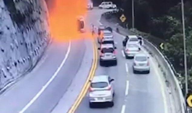 VIDEO+FOTO/ Momente tmerri, kamioni me karburant përplaset dhe shpërthen në flakë