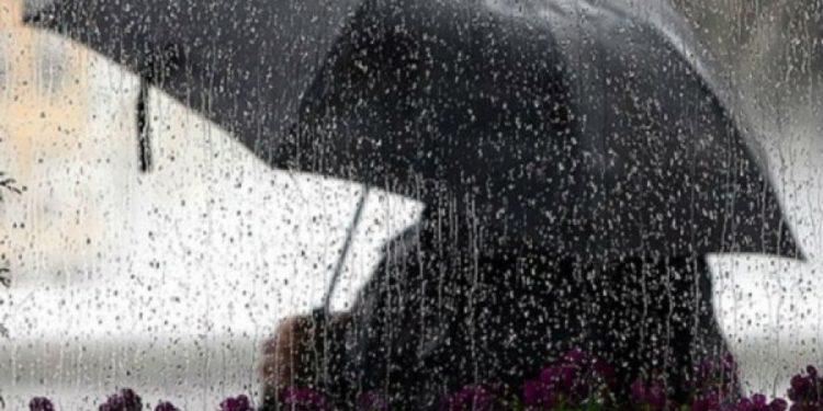 Moti i keq dhe shiu do na shoqërojë edhe në fundjavë, mos e harroni çadrën