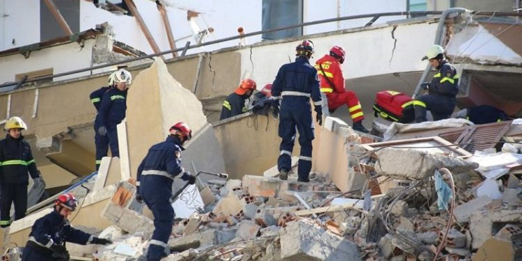 Ethet e shpëtimit nën rrënoja, reportazhi i AFP me skuadrat italiane e franceze