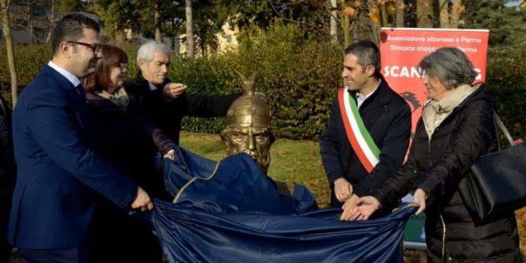 Komuniteti shqiptar vendos bustin e heroit kombëtar Skënderbeut në Parma të Italisë (Foto)