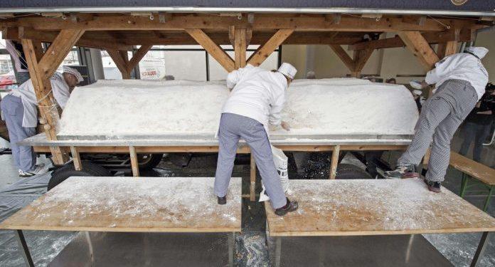 Tregu gjerman i Krishtlindjeve prezanton tortën që peshon 4 tonë
